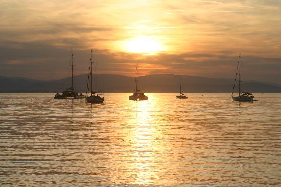 Hotel Lido Beach : Le soleil se lève sur le port