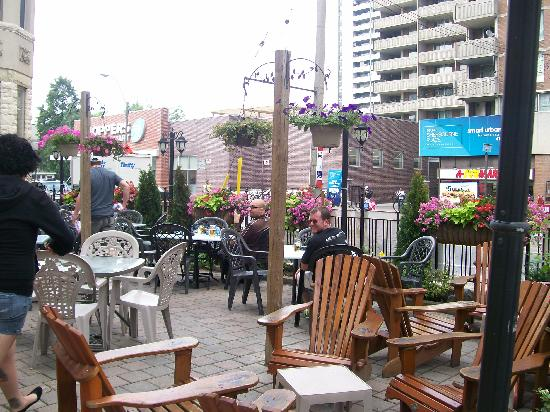 Isabella Hotel and Suites: The patio
