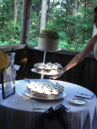 جاردين إن آت ذا بي روك: Cake Table