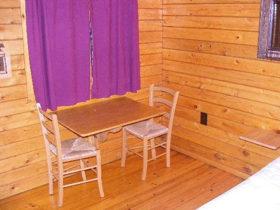 Mama Gertie's Hideaway Campground : Table and chairs