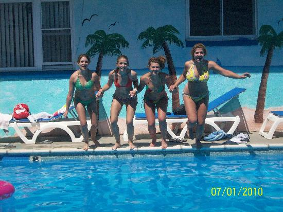 Surf Haven Motel: Fun times in the pool!