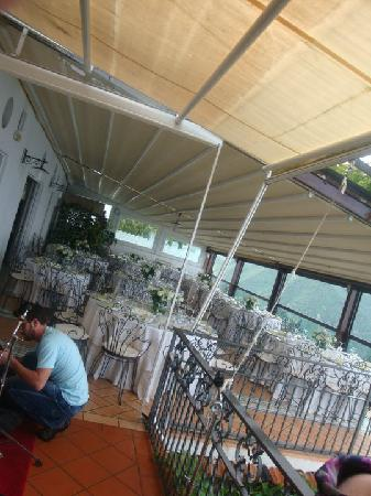 Hotel Ristorante Garden: The ceiling rolls back but we had to have it due to the rain