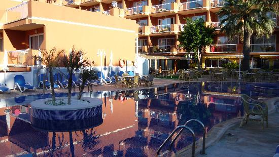 Paguera Beach Aparthotel: Pool & hotel