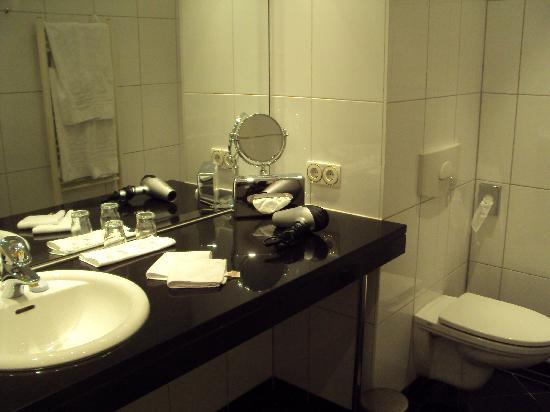 Hotel Ambassador: The bathroom