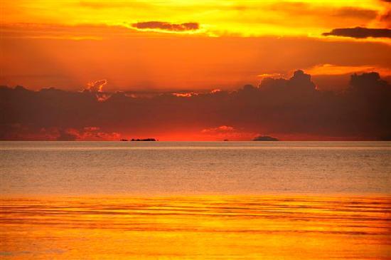 The Reef Dive Resort : sunset at Mataking