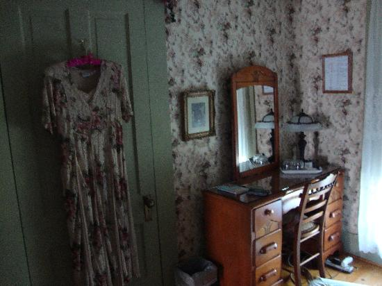 Country Charm Bed and Breakfast: Boys room closet