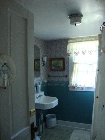 Country Charm Bed and Breakfast: Shared bathroom