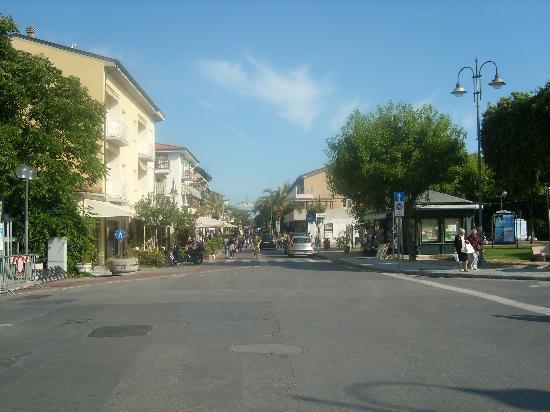 Hotel Andreaneri: Main street of Marina de Pietrasanta