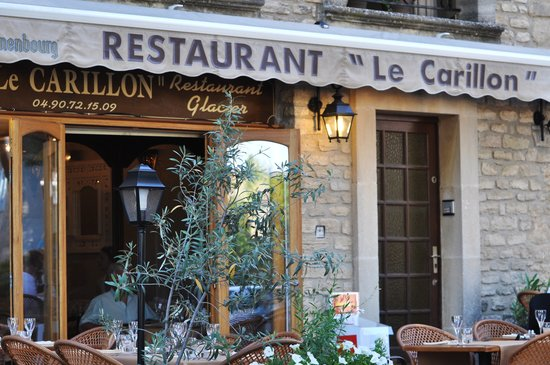 ‪‪Goult‬, فرنسا: The front of Le Carillon, including the outdoor seating‬