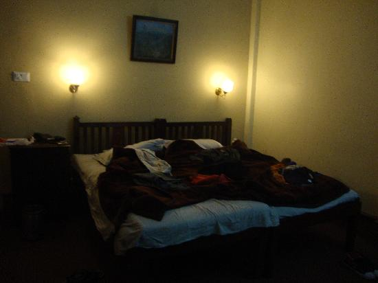Pineridge Hotel: Room no. 227. Sorry,, the bed is quite messy, but I just wanted to show the lighting of the room