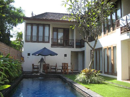 Sekuta Condo Suites: picture from side of pool
