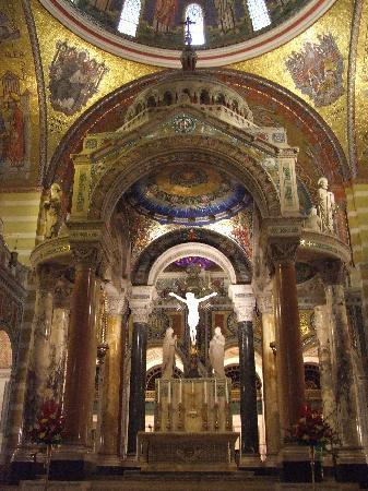 Cathedral Basilica of Saint Louis: Inside look at some of the arches
