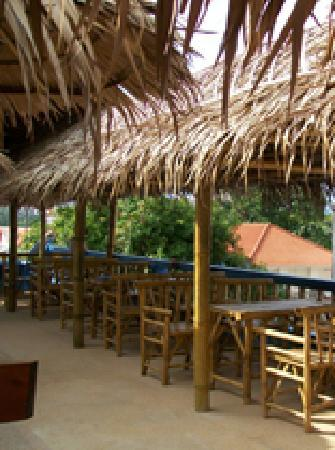 Cheap Charlie's Rooftop Beach Bar and Backpacker Lodge: Rooftop Beach Bar & Restaurant