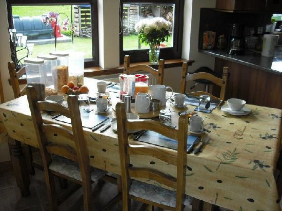 Caorunn House: The breakfast table - coasters on table show the pictures of Morar - so cool!