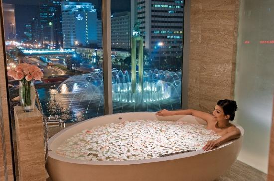 "Hotel Indonesia Kempinski: Spacious Bathtub overlooking ""Welcome Statue"""