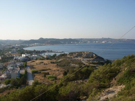 Hercules Hotel : Utsikt mot hotelle(helt til venstre og Faliraki-stranda i bakgrunnen