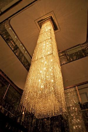 Mandarin Oriental, Hong Kong: Renowned 'ridiculous chandeliers'