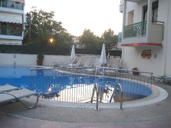 Hotel Ammos: Early Evening Pool Area