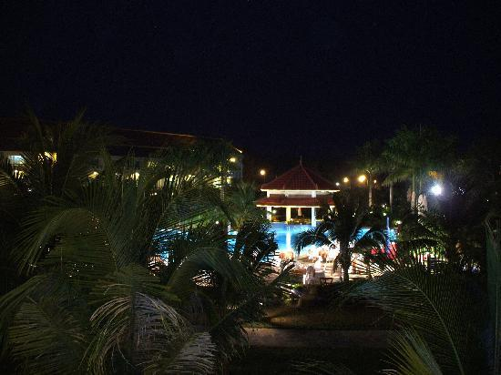 Sokha Beach Resort: piscine de nuit