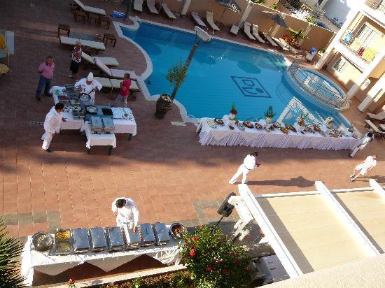 High Beach Hotel: Buffet au bord de la piscine