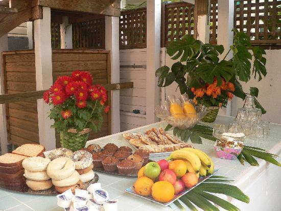 Wicker Guesthouse: Complimentary Poolside Continental Breakfast