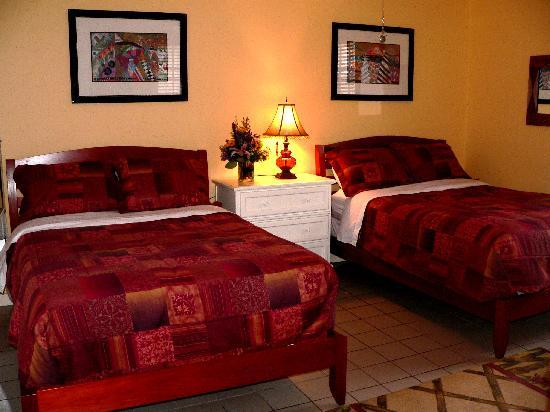 Wicker Guesthouse: Deluxe Room with 2 Queen Beds