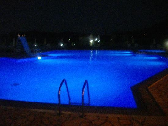 Ostria Apartments: Pool at night