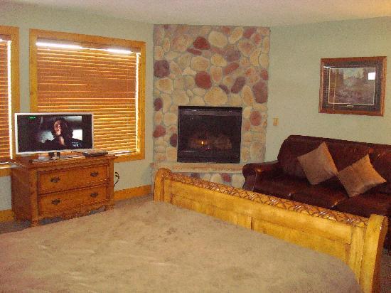 John Hall's Alaskan Lodge: superior fireplace room