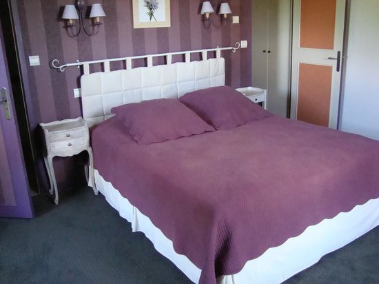 Hostellerie Les Griffons: room in the hotel