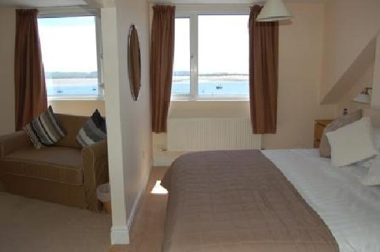 Fron Haul: 'Crow's Nest' - large seaview double room