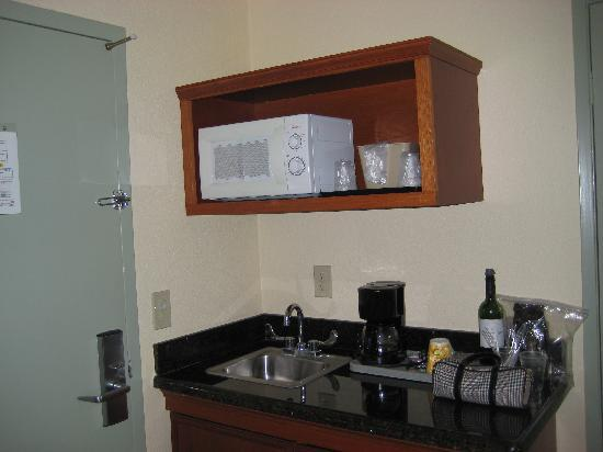 Econo Lodge Moonlight Beach: Kitchenette in Room 203