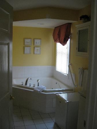 Five Gables Inn & Spa: large bathroom
