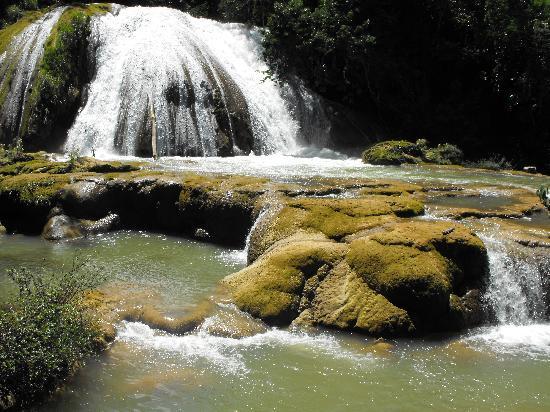 Palenque, México: Wasserfall und Terasse