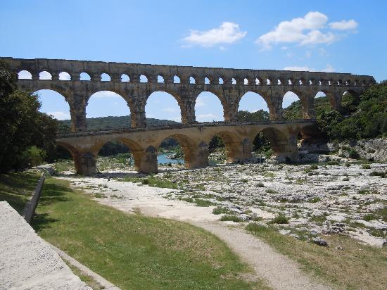 Pont du Gard: Aqueduct crossing Gard River