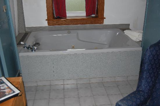 JailHouse Inn: This tub is HUGE!