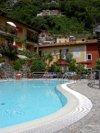 Hotel Cannero: The glorious pool in the courtyard