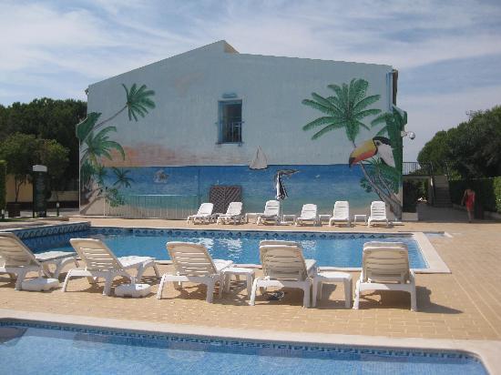 Ria Plaza Resort : Tacky ocean mural @ motel pool
