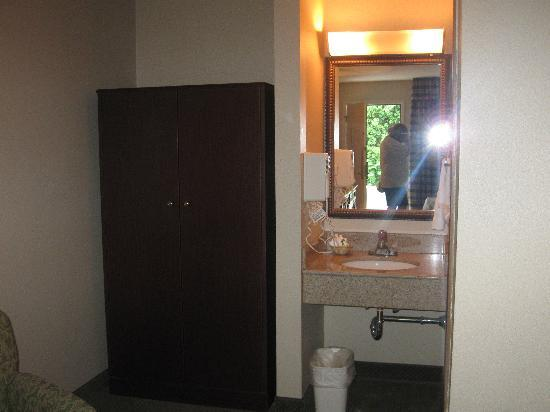 Red Lion Inn & Suites Hershey: sink and closet