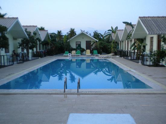 Royal Side Bungalows Hotel: lovely pool area