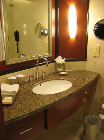 Vivanta by Taj - Blue Diamond: Bathroom sink