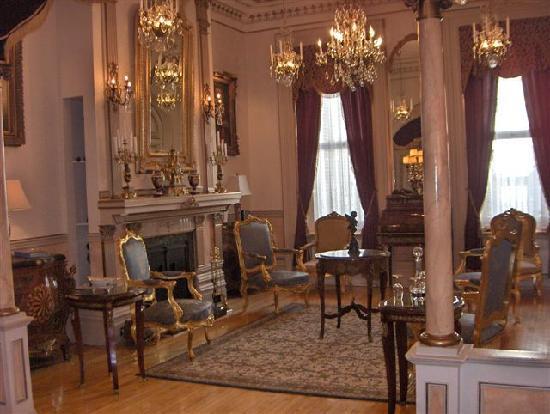 Le Chateau du Faubourg: Parlor/salon