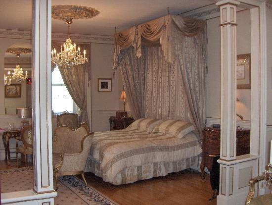 Le Chateau du Faubourg: Master bedroom/chambre des maitres