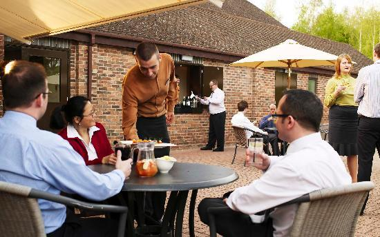 Stratford Manor Hotel: dining on the patio