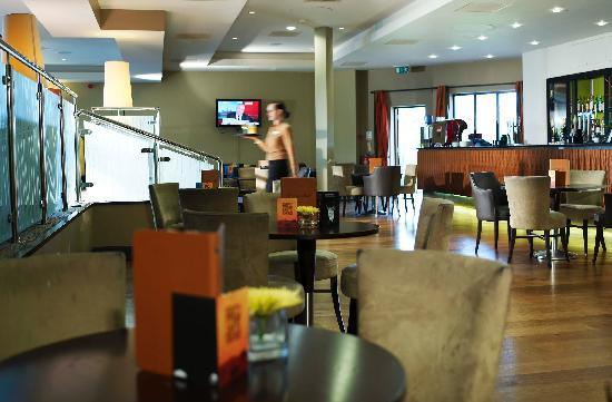 Stratford Manor Hotel: spacious bar