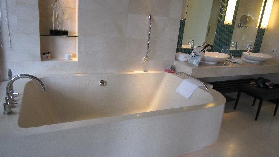 Renaissance Phuket Resort & Spa : bathroom