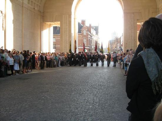 Ieper (Ypres), België: Last Post Ceremony at Ypres