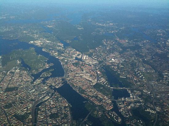 Stockholm vom Flugzeug aus gesehen: die malerische Altstadt ist die kleine Insel in der Mitte
