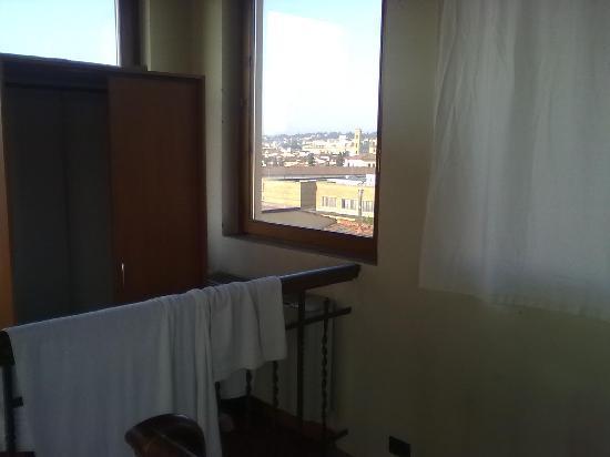 Hotel Duca D'Aosta: Auf diesem Foto kann man sehen das die Kleiderschranktür herausgefallen ist.