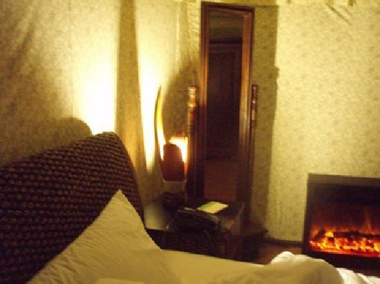 The Fern Creek : Room with electrical fire place!