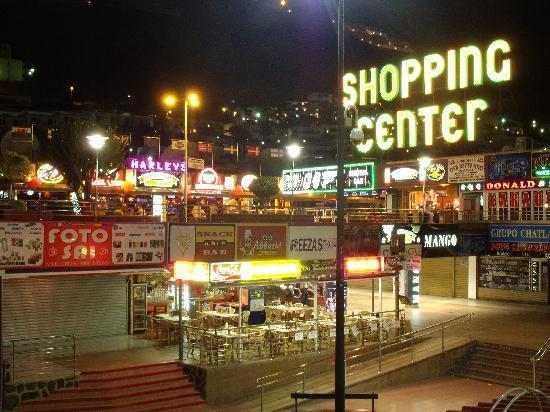 Apartamentos Guanabara Park: Main Shopping Centre at Night